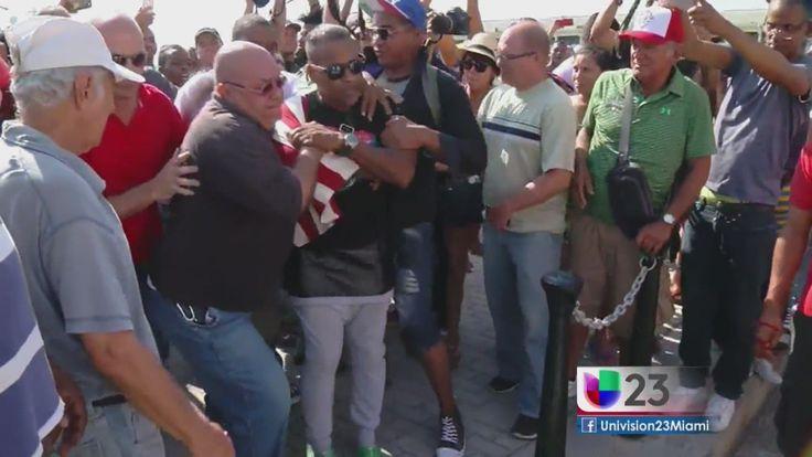El manifestante llevaba una bandera de Estados Unidos y fue arrestado por el gobierno castrista cuando comenzó a decir frases del mensaje de Obama en Cuba.