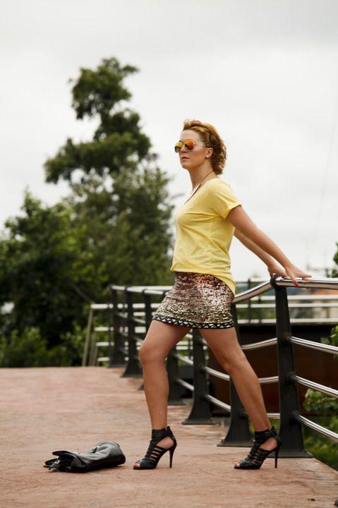 Look con falda dorada de lentejuelas y camiseta amarilla (2)