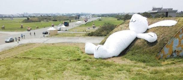 La scultura di un coniglio gigante creata dall'artista olandese Florentijn Hofman nel nord della #Tailandia