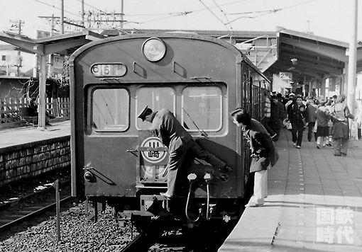 南武線登戸駅。登戸止まりも多く、サボ(行き先表示板)の差し替えが手際よく行われていた。 '78.1.3 登戸 P:大見文夫