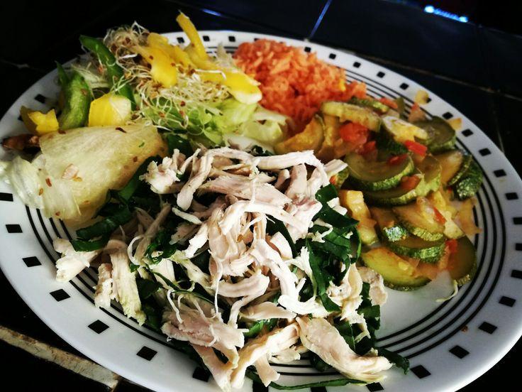Pollo con espinaca, calabaza con cebolla y tomate, Arroz y ensalada