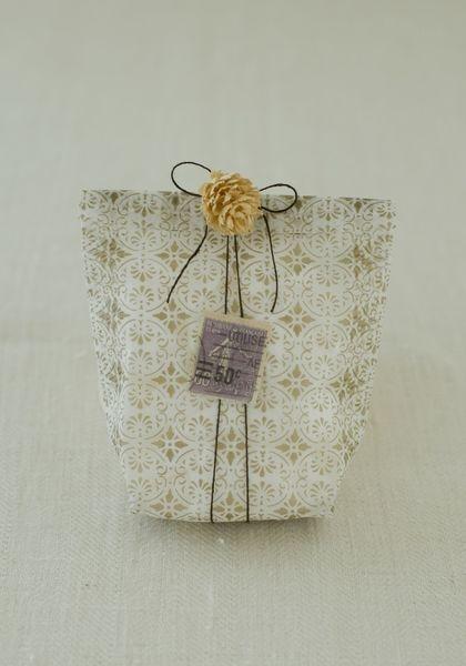 袋の柄が目立つように、リボンではなく細めの糸をチョイス。濃い目の色だとピリッと引きしまって◎/雑貨屋さんみたいな おしゃれラッピングレシピ(「はんど&はあと」2012年2月号)