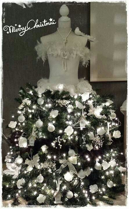 Paspop met kippengaas als rok, of gebruik onderkant van kunst kerstboom. (Idee van Action fanpagina)                          Dit jaar haal ik mijn trouwjurk van de paspop en ga ik deze 'kerstboom' maken!!...zeker weten