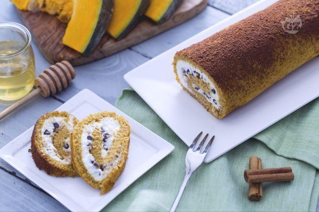 Il rotolo alla zucca con ricotta e gocce di cioccolato è una pasta biscotto realizzata con la purea di zucca e farcita con una di ricotta profumata all'arancia.