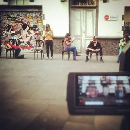 Grabando la performance de 'Observatorios', el nuevo poemario de Roberto García de Mesa, en el exterior de Conca, Espacio de Arte Contemporáneo (La Laguna, Tenerife). 25/09/2014