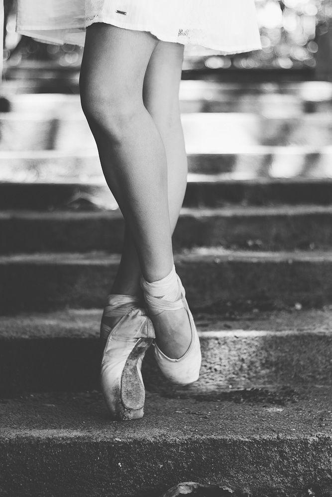 Fotos de bailarina em poses de balé clássico e contemporâneo. O projeto se propõe a levar o ballet para diferentes locações como praças, ruas e parques.