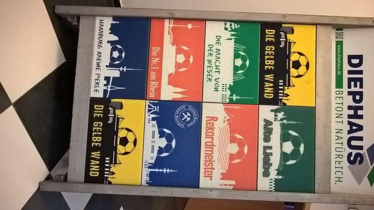 Das passende Weihnachtsgeschenk für jeden Fußballfan.  Die Fußball Fan Betonplatte im Format 60x40x4 cm   Einfach Anfragen, es gibt zurzeit folgende Vereine. Andere gerne auf Anfrage.  09372/9870-30 Robin Wagner.   Bremen  München  Gelsenkirchen Dortmund  Hamburg Köln