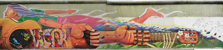 Mural por Víctor Jara, de Colectivo Museo Cielo Abierto, mars 2013   Máximo representante de los cantautores comprometidos del siglo XX, el chileno Víctor Jara sigue vivo en el corazón de cuantos rechazan el fascismo y la dictadura. En este sentido, utilizaba la canción como arma para la libertad