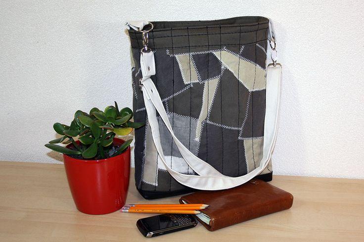 Handgemaakte tas van restjes stoffen afkomstig van hergebruikte kleding. #hergebruik #recycling #upcycled