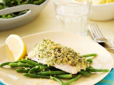 Recept på dillstekt fisk med citronbönor. Ett frasigt täcke med smak av dill täcker fisken. Täcket blir frasigare om du använder pankoströbröd i stället för vanligt ströbröd.