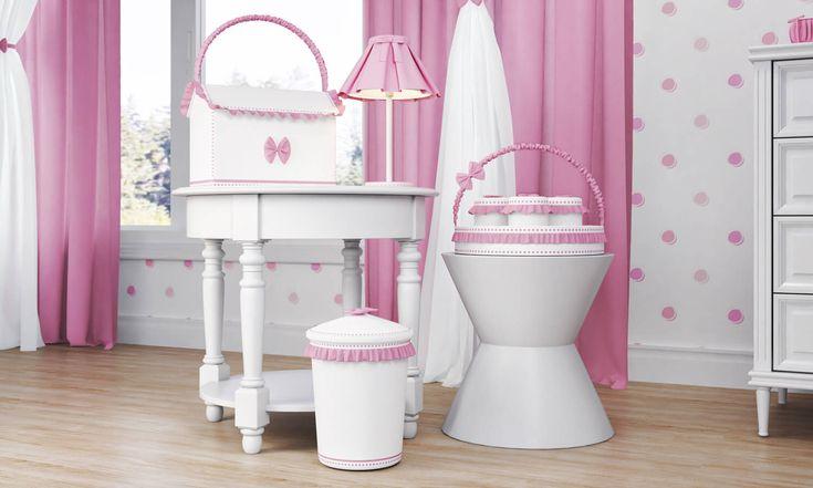 O Quarto de Bebê Ursinha Bebê vem com acessórios incríveis no kit higiene rosa para compor a decoração do quarto de bebê rosa e também auxiliar nos cuidados com sua pequena!