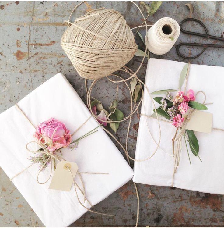 Weißes Papier. Packband und Rosen.