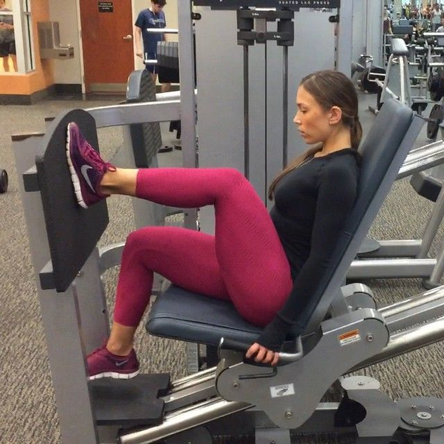 """This is one of my favorite glute supersets to finish off a leg workout with: 1. Heavy abductors- I like to sit on the edge of the seat so I can get more range of motion on this. I usually do 20 full reps and then pulse until failure which is usually 20-40 pulses. 2. One legged press- these are done right after the abductors for 15 reps on each leg At a relatively low weight. Push straight through the heel to target your glutes! Repeat this superset for 3-4 sets with 1 minute rest in…"
