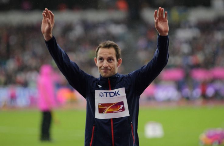 Lors des Mondiaux d'Athlétisme à Londres, Renaud Lavillenie a remporté la médaille de bronze au saut à la perche. Très fier, le sportif français a dévoilé son nouveau trophée en même temps que sa fille sur les réseaux sociaux. Non Stop People vous en dit plus.