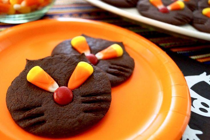 黒猫のクッキー作り方中力粉 1½カップ(200g) ココアパウダー(無糖)大さじ6 ベーキングパウダー 小さじ1/4 重そう 小さじ1/4 塩 小さじ1/4 砂糖 1カップ(200g) バター 1/2カップ(115g) たまご 1個 バニラエッセンス 小さじ1 キャンディーコーン キャンディーコートチョコレート 作り方 オーブンを175度(華氏350度)に予熱しておく。中力粉、ココアパウダー、ペーキングパウダー、重そう、塩を一緒にふるいにかけておく。 スタンドミキサーのボールに砂糖とバターを入れ、中速で白っぽくなるまで混ぜる。たまごとバニラエッセンスを加え、さらに混ぜる。 そこにふるっておいた粉類を加え、生地がまとまるまで低速で混ぜる。生地を取り出し、丸く平たくし、冷蔵庫で1−2時間冷やす。 クッキー生地をめん棒で3−4mmにのばし、7.5cmの丸型で型を抜く。ベーキングシートをしいた天板の上に3cm間隔にあけて生地をのせ、指でつまんで耳を形作る。フォークを押して髭をつける。…