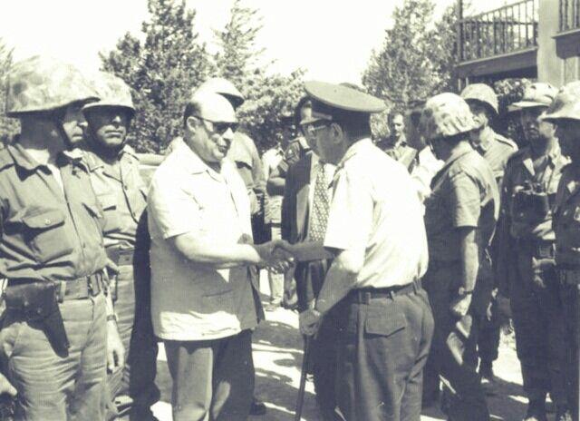 """Kıbrıs Barış Harekatı (20 Temmuz-14 Ağustos 1974) """"Mücadeleyle geçen ömrünün belki de tek hesap hatasını, Türkiye ile saat farkı yüzünden yaptı. 20 Temmuz 1974 Kıbrıs Barış Harekâtı'nı Bayrak Radyosu'ndan 1 saat erken duyurmuştu. Rum radyoları Türkçe, """"Bekledim de gelmedin"""" şarkısını çalıyordu. Ama geldiler. Lefkoşa semalarında Türk paraşütçüleri gören Denktaş arkadaşlarına sarılıyor ve """"Yağmur gibi indiler. En mutlu günüm"""" diyordu. O gün 20 Temmuz 1974'tü."""""""