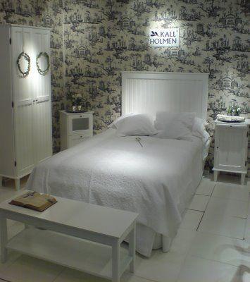 Prästgårdens sovrumsmöbler i Kallholmens monter på Stockholm furniture fair 2009. Tapeten kommer från engelska Zofany.
