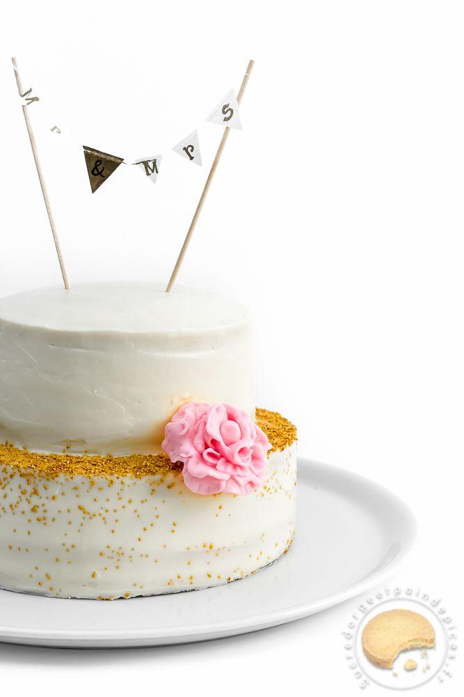 Weeding cake composé de 8 couches de biscuit moelleux à la noix de coco séparées de couches de curd de citron vert, le tout recouvert d'un glaçage à base de cream cheese et de citron vert.