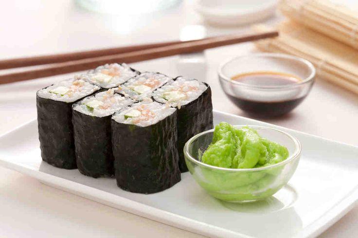 Sushi maki z łososiem, ogórkiem i prażonym sezamem