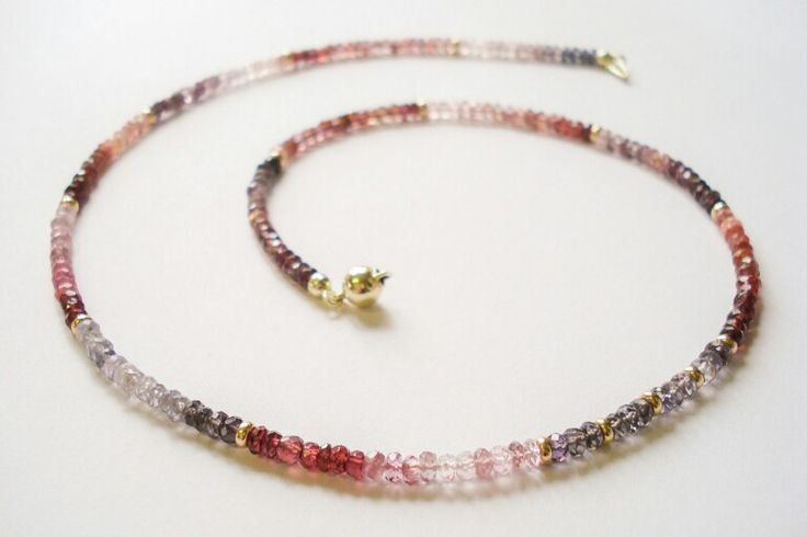 Spinel with gold collier. www.hoogenboombogers.com