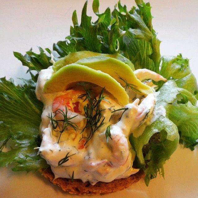 Edel's Mat & Vin : Hjemmelaget rekesalat, servert på smørbrød med avo...