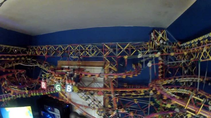 Plus complexe. Fait appel à la robotique. This is Clockwork, my fifth major K'nex ball machine, and my largest and most complex K'nex structure to date. It took 8 months to build, has over 40,000 pieces, over 450 feet of track, 21 different paths, 8 motors, 5 lifts, and a one-of-a-kind computer-controlled crane, as well as two computer-controlled illuminated K'nex balls.