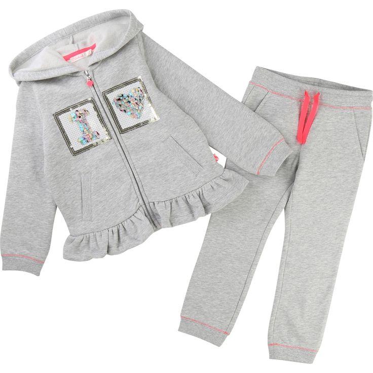 Un ensemble de jogging, en molleton chiné, que toutes les princesses des temps modernes vont adorer. Il se compose d'un cardigan zippé à capuche, agrémenté d'une broderie à sequins sur le devant, de volants sur le bas, ainsi que de 2 poches. Le pantalon, tout aussi confort que le cardigan, dispose de 2 poches et d'un lien de serrage contrasté à la taille pour un ajustement optimal. On adore le détail des surpiqûres contrastées.
