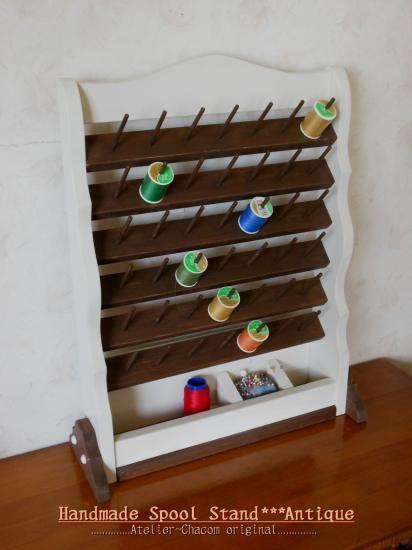 コンパクトな壁掛けタイプのスプールスタンド(糸立て)♪♪最大で56個収納可能!!同じカラーのミシン糸とボビンの組み合わせでの収納が可能です♪