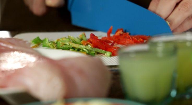 Para preparar nuestro rico #ceviche de mero, necesitarás 1 filete de mero, ajo, 1 cucharada de jengibre, sal, pimienta, 1 naranja, 4 limones, picante al gusto, 3 ajíes dulces, 1 cebolla morada y 1 batata. #PataCook