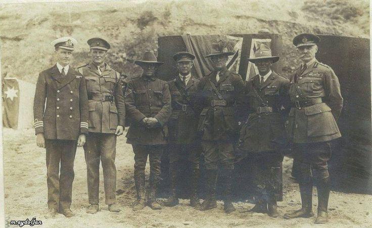 Avustralya İngiliz, ve Yeni Zelanda Silahlı Kuvvetleri temsilcileri. 25 Nisan 1921 günü, anzak koyunda ilk anma günü