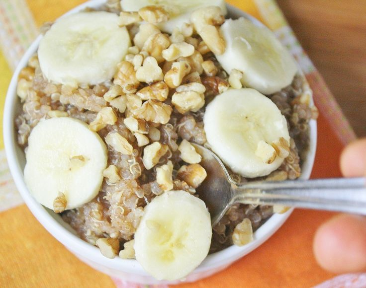 1. Quinoa con mantequilla de maní y bananos(4 porciones)*Sin glutenTiempo: 20 minutosIngredientes- 2 tazas de agua- 1 taza de quinoa- ¼ taza de jugo de manzana- 3 cucharadas de mantequilla de maní- 1 banano pequeño, cortado en cubos- 2 cucharadas de mermelada de fresa endulzada con stevia