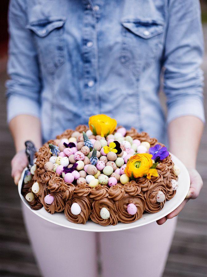 Kaunis ja hersyvän herkullinen kakku koristellaan linnunmunamakeisilla.
