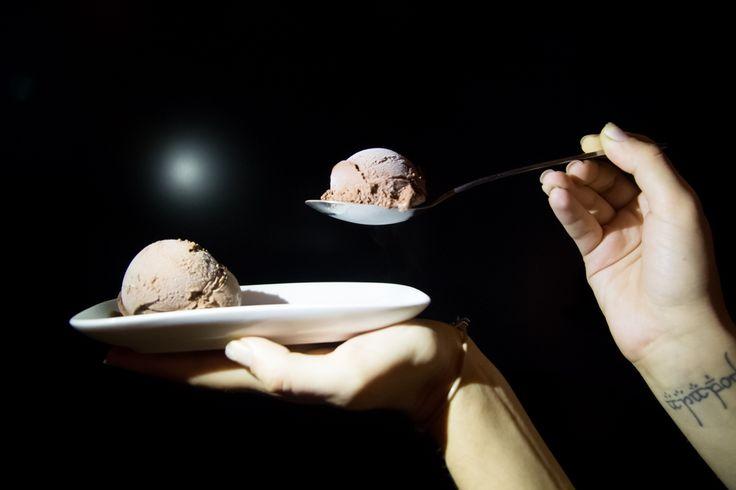 Το παγωτό δεν ανήκει μόνο στο καλοκαίρι. Αναθεωρήστε, γιατί είναι η τέλεια ώρα για μία μπάλα παγωτό σοκολάτα!  #Chocolate #IceCream #Chocoholic