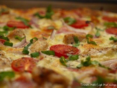 Min middag i kveld. Hjemmelaget pizza med creme fraiche, kylling, bacon, rødløk og tomat.