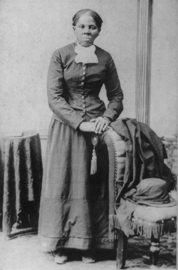 HARRIET TUBMAN Tubman era um poço de energia; ela ajudou mais de setenta escravos escapar através da estrada de ferro subterrânea, ela agiu como espião da União, e ela era uma ativista pelo sufrágio feminino. Data: 1850-1900. Fotógrafo: HB Lindsley