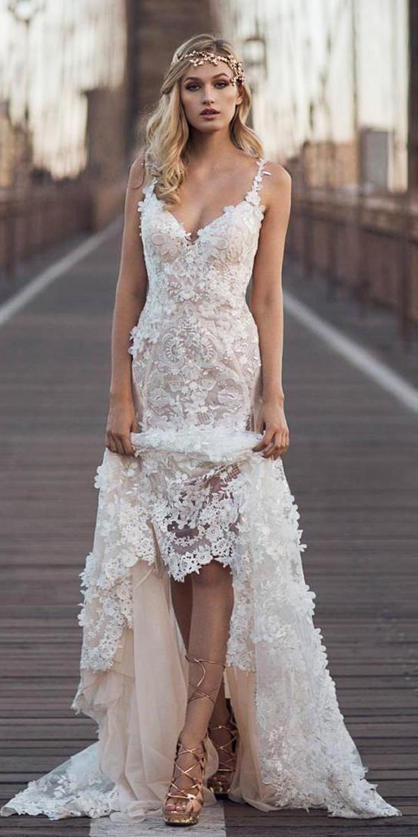 romantische Brautkleider aus Spitze mit Spaghetti-Trägern und Blumenapplikationen …