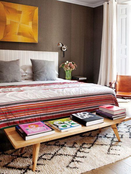 Dormitorio con banco y libros decorativos