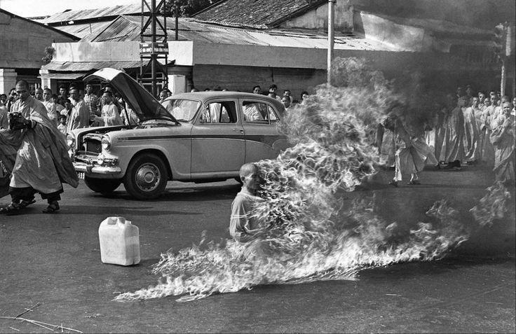 Por la mañana del 11 de junio de 1963, un budista se inmoló hasta morir. El suicidio fue una forma de protesta en contra de la opresión efectuado por el gobierno sobre la religión budista en Vietnam.