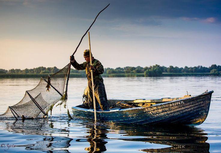 Un pêcheur dans le delta du #Danube. Découvrez nos #croisière's fluviales https://seagnature.info/2c5SRLj Photo Agota K
