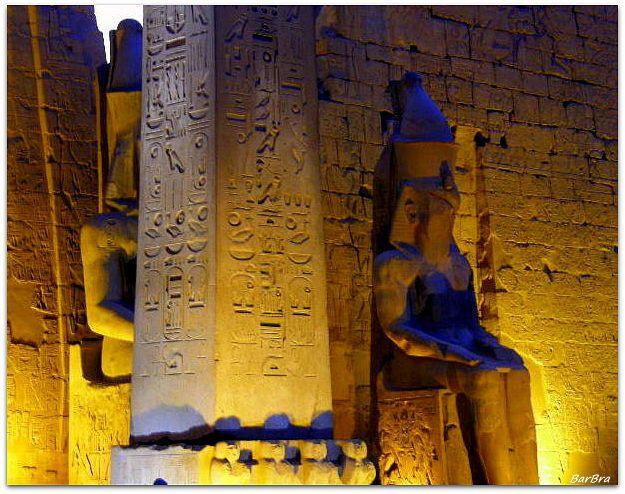All'ingresso del 1° Pilone: due statue colossali di Ramses II seduto e l'obelisco in granito ... http://zibalbar-foto.overblog.com/2014/11/misterioso-egitto.html