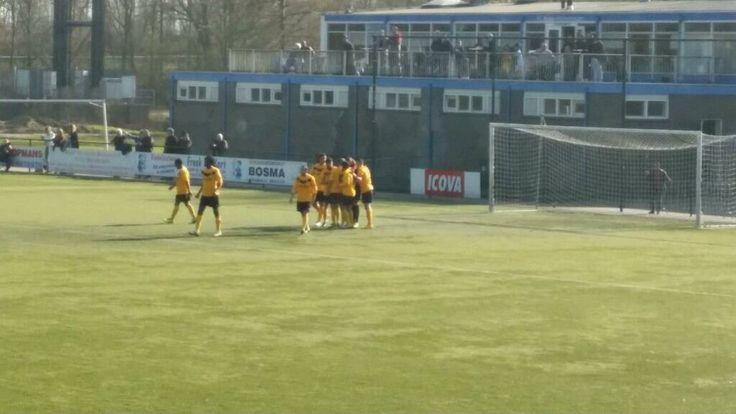 Chabab-doelman Rinaldo O'Neil wordt gefeliciteerd met zijn gelijkmaker tegen De Treffers. Jawel, de doelman zorgde voor de gelijkmaker!  Foto: Twitter/@fcchabab