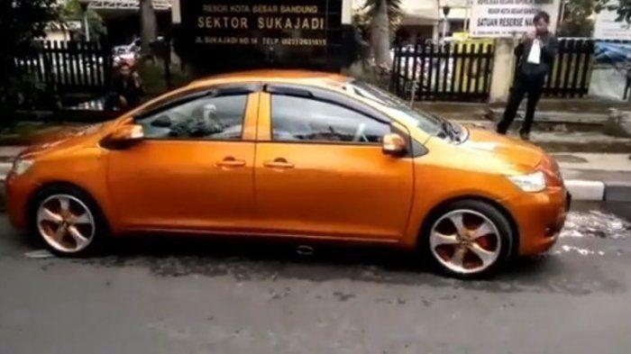 Viral Mobil Bermuka Dua Berkeliaran di Bandung, Netizen Gagal Paham: Ini Maju Apa Mundur?
