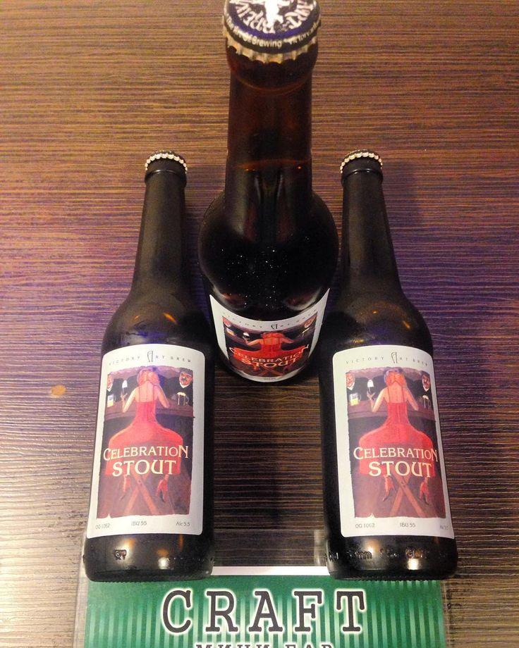 НОВИНКА НОМЕР 5. Пивоварня #victoryartbrew из г. Ивантеевки под Москвой. #celebrationstout  это #овсяныйстаут  Алк: 55% Плотность: 155% Горечь: 55 IBU Дата розлива: 04.05 Стоимость: 212 руб. (Со скидкой на вынос). Пиво чрезвычайно насыщенное с высокой плотностью и маслянисто-тягучий вкус очень легко пьётся оставляя приятные нотки горького шоколада в послевкусии.  #craftminibar #плотинка #воеводина6 #екатеринбург #крафтовоепиво @victoryartbrew