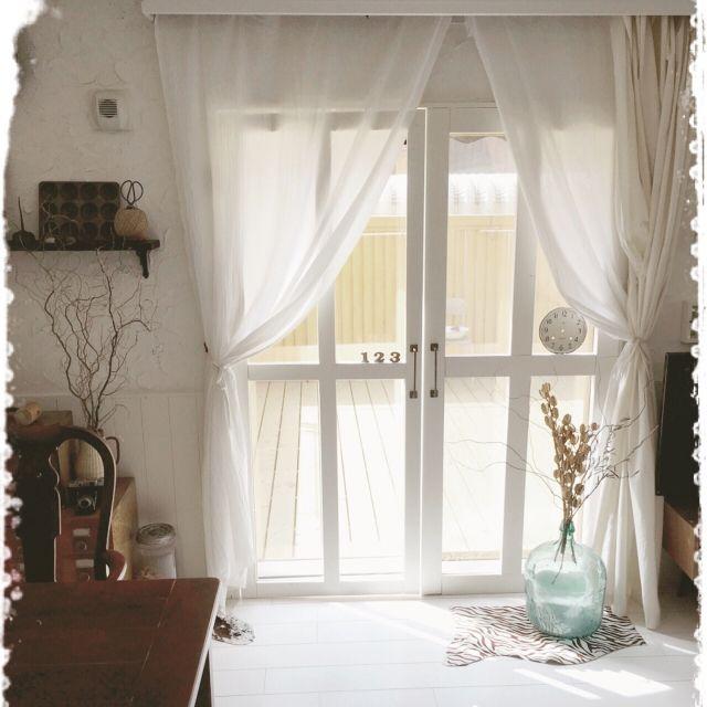 mocoさんの、リビング,DIY,ベランダ窓枠DIY,デミジョンガラスボトル,ゼブラ柄ハラコ,ガーゼ布のカーテン,13畳のウッドデッキ,のお部屋写真