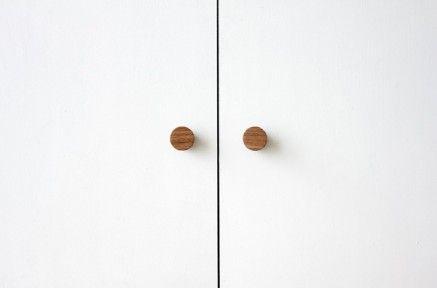 写真は両開きの扉や折れ戸の引き手としてミニサイズ丸タイプ2個を使った例