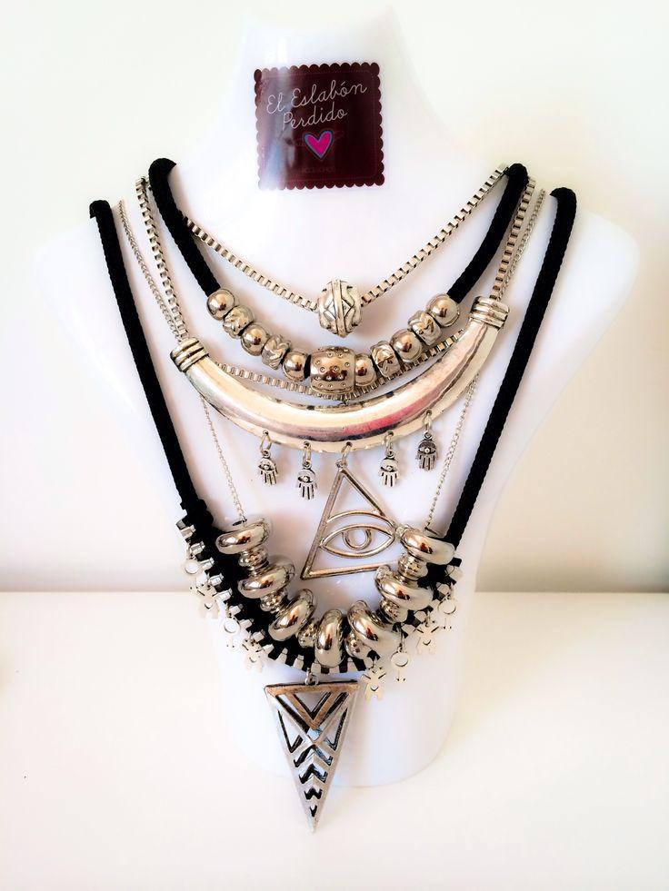 Collar plateado con multiples dijes y cadenas. Colección Rockaholic Winter. El…