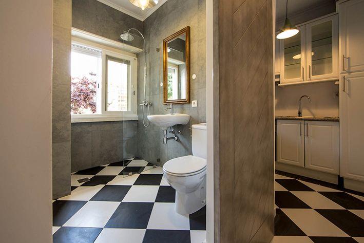 Chess floor Bathroom - Black and White _ Casa de banho/ banheiro chão padrão xadrez, Photo by Ricardo Bravo