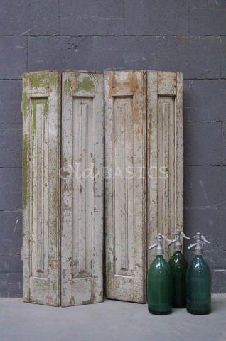 Set luiken 80040 - Set prachtige oude houten luiken met een verweerde uitstraling. De luiken hebben een crémewitte kleur met een groene ondertoon. De achterkant van de luiken zijn vanille kleurig.
