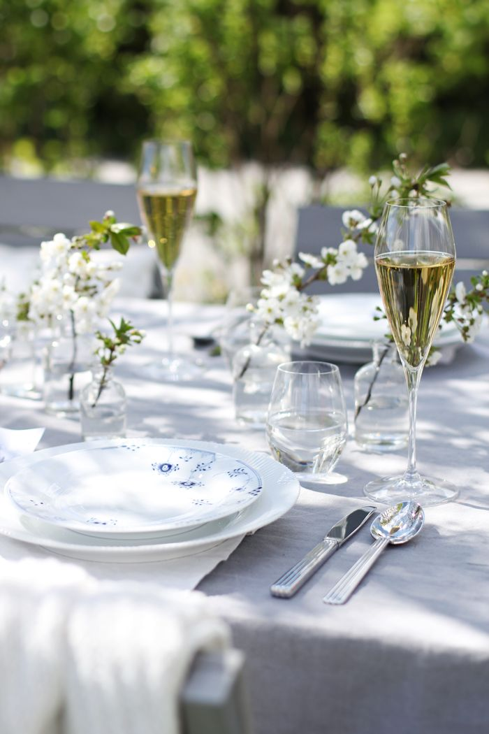 Bordekking 17 mai, table setting, blue elements, outdoors