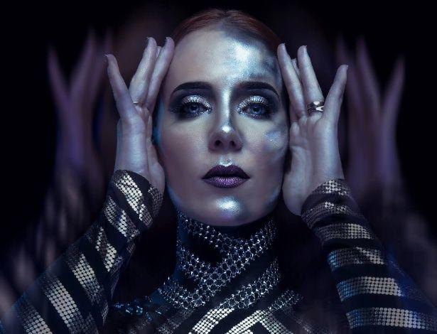 """Simone Simons, do Epica, sobre ser musa: """"Um dia ficarei velha e enrugada"""" Produtos de beleza que retardam o envelhecimento!!!"""